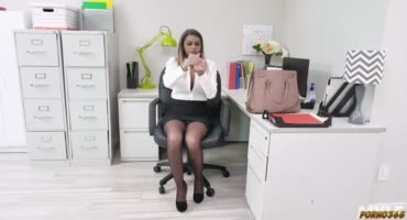 Офисная шлюшка трахается с боссом ради повышения зарплаты