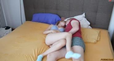 Русское порно с молодой парой, которая трахнулась на родительской кровати