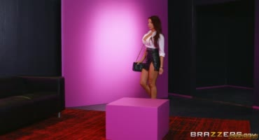 Одинокая дама приходит в этот клуб к своей любимой лесбиянке