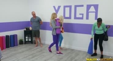 Тренер по йоге начинает жарить клиентку, как важную часть занятия
