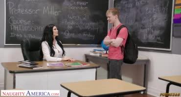 Зрелая брюнетка совратила молодого ученика и попросила трахнуть её киску