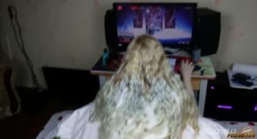 Teen Anna играла в любимую игру Apex Legends и за это её трахнули в попку