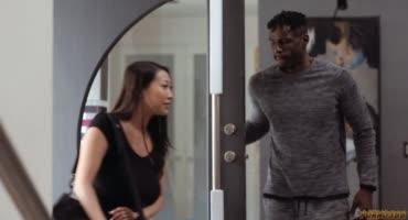 Азиатка Шэрон Ли пришла к негру домой для занятия фитнесом
