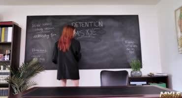Горячая рыжая сучка сосёт член препода за оценку