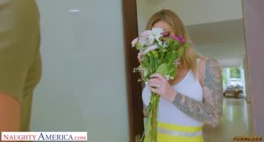 Мужик соблазнил Карму Рыкс букетом цветов и кончил ей на грудь
