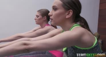 Две сексуальные фитоняшки после тренировки во всю трахаются с парнем