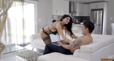 Милфа знает, как нужно отвлекать мужа от работы