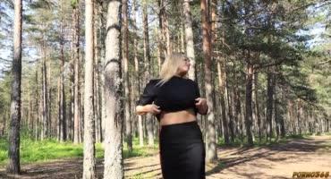 Русская милашка сладко отсосала пареньку в лесу