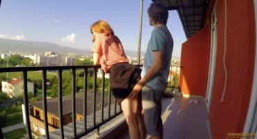 Присадил рыжей малышке на открытом балконе