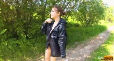 В жаркий солнечный деревенский день русская шкура сосет член после купания
