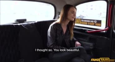 Фейковый таксист отжарил юную модельку на заднем сидении