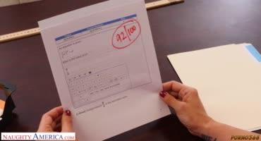Строгая милфа на столе отдалась своему ученику за хорошие оценки