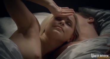 Девушка пробудила парня своими ласками и утренним сексом
