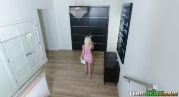 Худенькая блондинка резвится с братом в постели