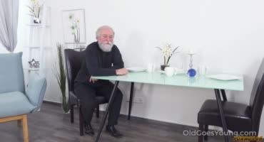 Дед показывает как правильно нужно отмечать день рождения