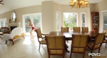 Блондинка гасит долги за аренду, трахаясь с парнем на кухонном столе