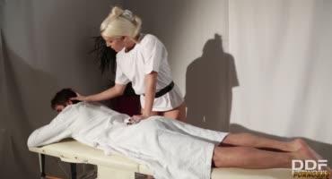 Парень сходил на самый лучший массаж из всех, что у него только были