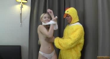 Из цыплёнка превратился в мужика и трахнул скромную малышку