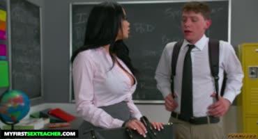 В школе преподавательница резвится с молодым