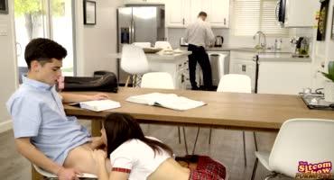 Девчонки отсасывают парню под столом, пока никто не видел