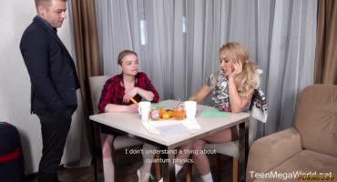 Двое женщин подруг трахаются с парнем на столе