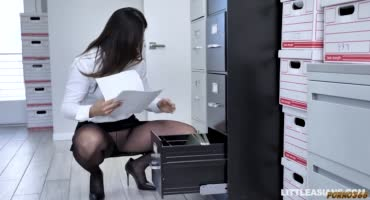 Две шлюховатые секретарши ублажают босса во время обеда