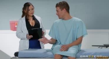 Грудастая медсеструха не пожалела присесть на член своего пациента