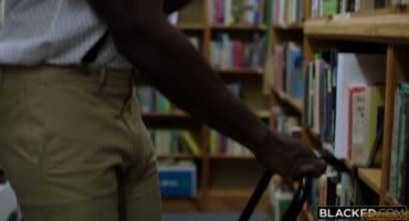 Татуированная тупая пёздочка совратила милого библиотекаря в очках