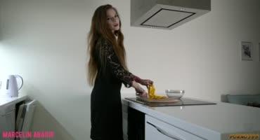 Давать в свой маленький попец у неё получается намного лучше, чем готовить