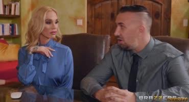 Серьезная блондинка попросила мужа, трахнуть её попку на глазах адвоката