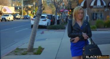 Симпатичная блондинка встретила голого мужика с большим черным членом