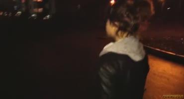 Молодая русская девушка дает парню в подъезде