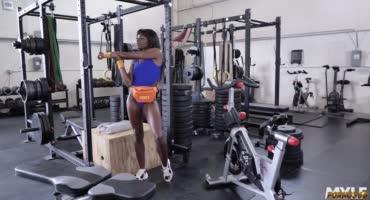 Сексуальная негритянка невольно соблазнила светлокожего инструктора в спортзале