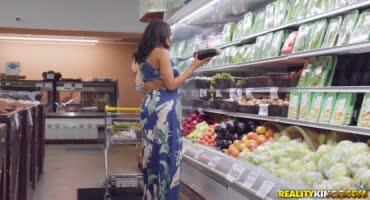 Брюнетка с сочными буферами оттрахала парня в супермаркете