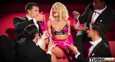 Страстное шоу с красивой блондинкой в групповом сексе