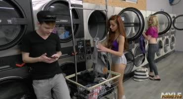 Красотки не поделили стиральную машинку и устроили лесбийское порно в прачечной