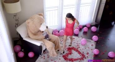 Плюшевый медведь удовлетворяет лучше любого парня