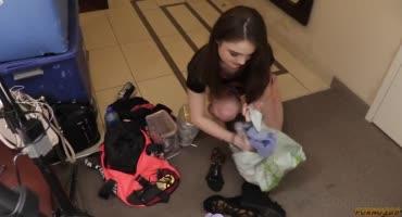 После долгих разговоров шаловливая малышка разделась и разрешила войти в нее