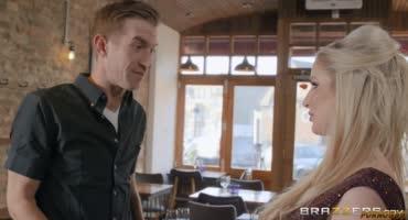 Знойная милфа блондинка отсосала член мужику в кафе под столом перед женой