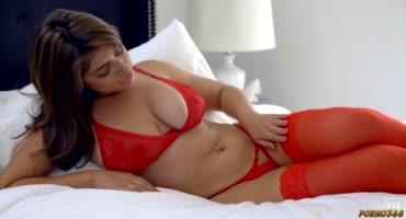 Девка натянула на себя красное белье ради секса