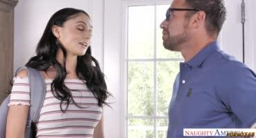 Малышка навестила своего отца и дала себя трахнуть