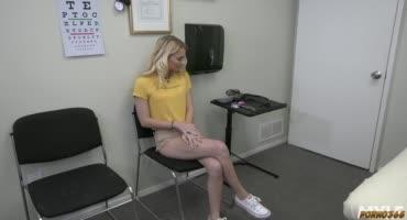 На обследовании у врача, блондинка получила шикарный оргазм