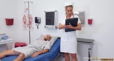 Медсестра любит помогать своим беспомощным пациентам