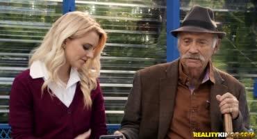 Блондинка трахнулась с большим членом прям на остановке при дедушке