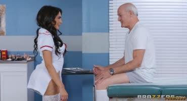 Лысый доктор оттрахал свою горячую медсестру