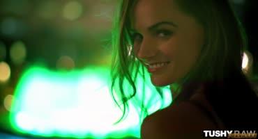 Ночной Лас-Вегас соблазнил киску на секс в жопу