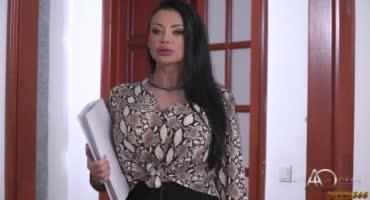 Брюнетка Алетта Оушен застала Кристину Шайн за сексом с парнем на работе