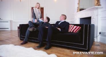 Милая молоденькая малышка занимается МЖМ с двумя парнями в деловых костюмах