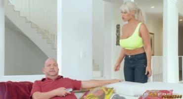Грудастой блондинке надоел её муж, по этому она трахнулась с его другом
