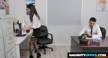 Милая брюнеточка на работе потрахалась с парнем прямо на столе